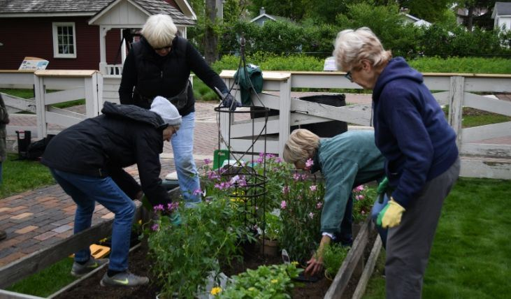 Crest Creek  Garden Volunteers